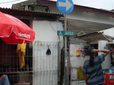 ◆ジャラン・ジャクサ 。ジャカルタの街に立つシティハリチャ