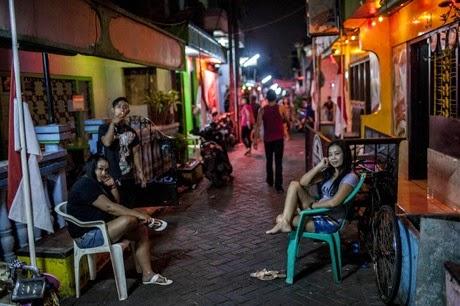 ◆ドリー。「売春婦は出て行け」と叫ぶ人々の抗議デモの姿