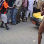 ◆街のど真ん中で脱衣・脱糞・マスターベーションする女性