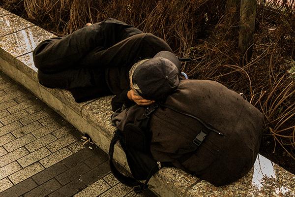 たったひとつの社会的不利が、どんどん人生を悪化させていく仕組み