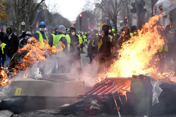 フランスの反政府デモ。政治の閉塞は必ず最後には社会的暴力を生み出す