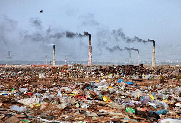 人類は総力をあげて環境を破壊し、ゴミを大量生産する文明を作り出した
