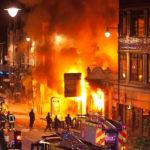 イギリスは、社会不安が「巨大暴動」という形で再燃してもおかしくない状況に