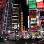 ◆緊急事態宣言から3日後の新宿・歌舞伎町の光景。金曜日の夜、人はまばら