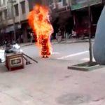 焼身自殺するチベットの僧侶。燃える炎は「憤怒」の象徴だ